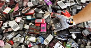 celular velho no lixo